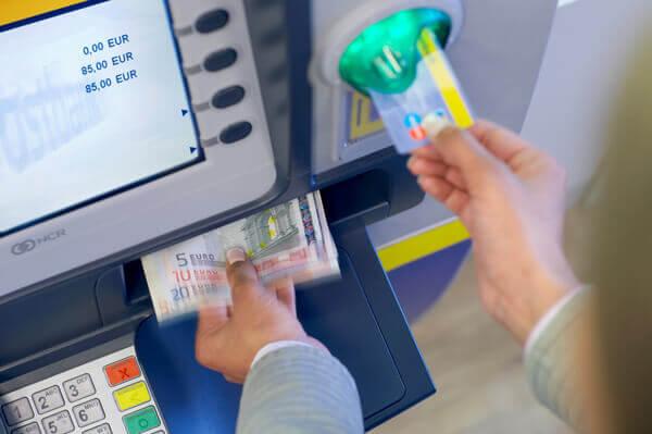Kann Ich Mit Meiner Bankkarte überall Geld Abheben Bezahlende