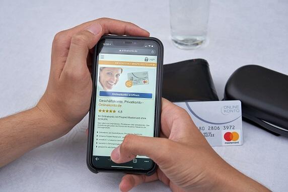 Onlinekonto - kleiner - Karte und Smartphone