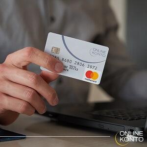Person hält Karte vom Onlinekonto