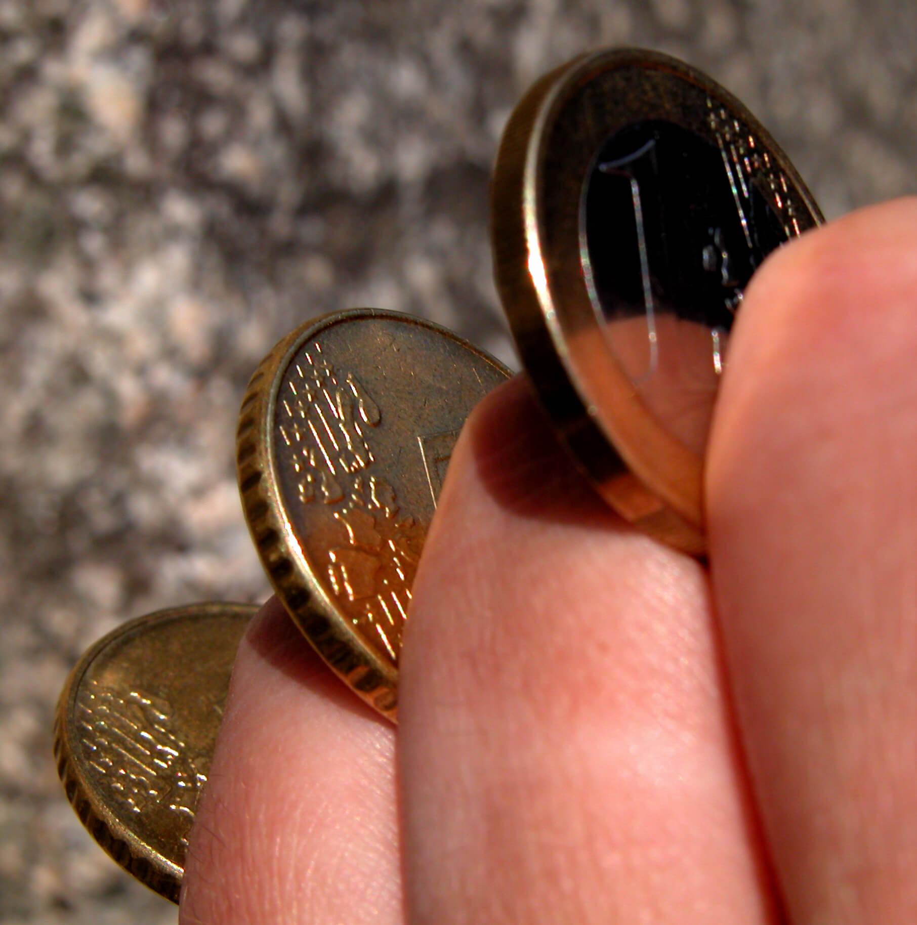 euro_muenzen_zwischen_finger