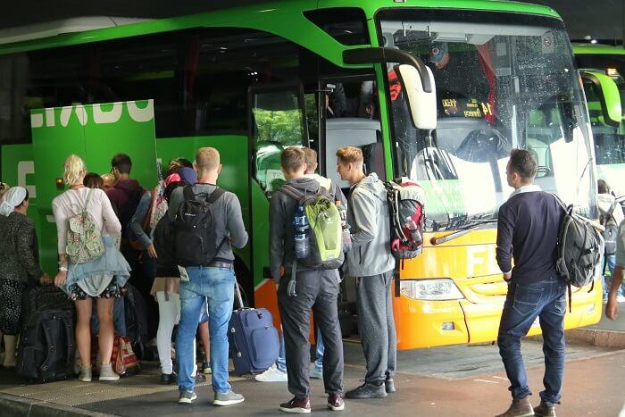 flixbus-fahrgaeste-warten-klein