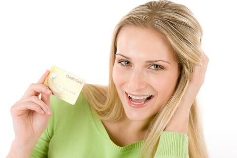 frau-kreditkarte