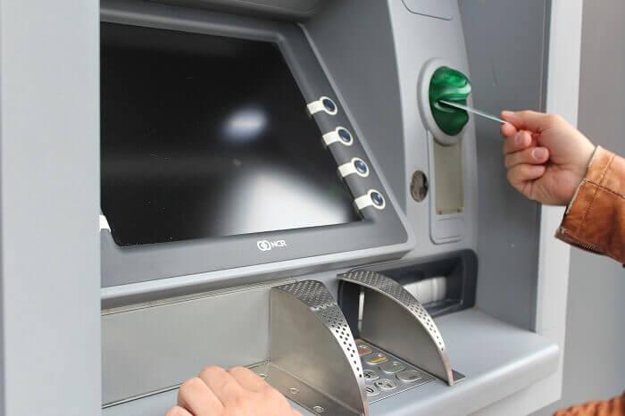 geldautomat-karte-abheben-klein
