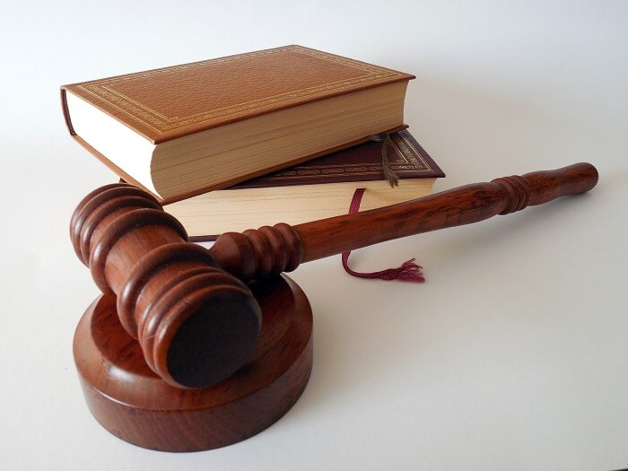 hammer-gericht-gesetzesbuch