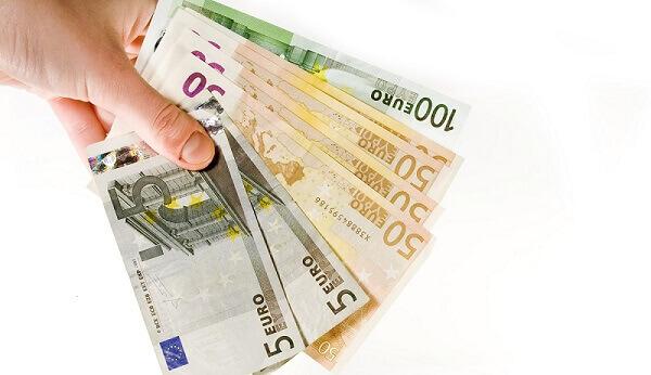 hand-mit-geldscheinen-klein