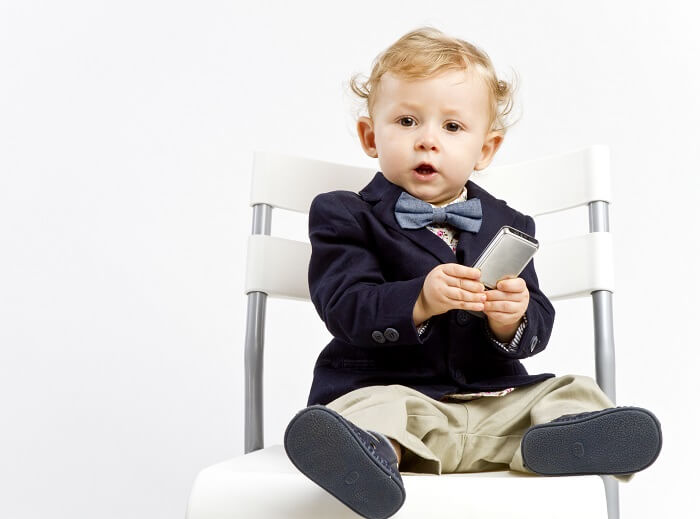 kind-telefon-stuhl