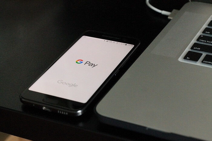smartphone-googlepay-macbook