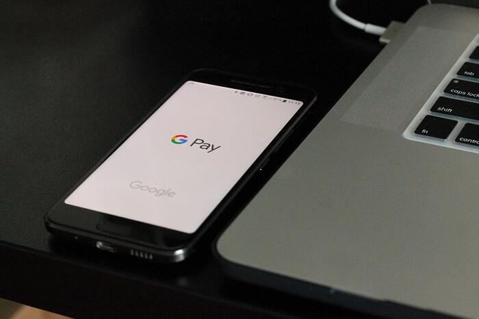 smartphone-googlepay-macbook