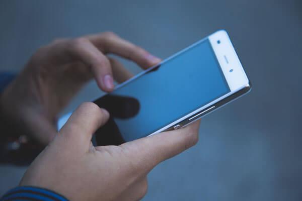 smartphone-in-haenden-klein