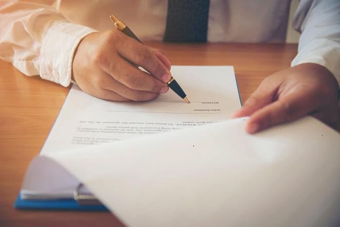 unterschrift-eines-vertrags